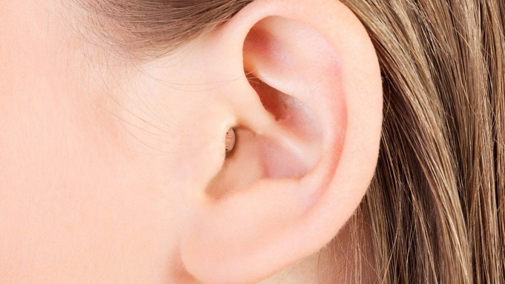 מכשיר שמיעה קטן בתוך האוזן