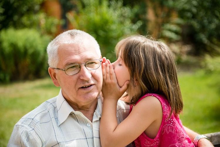 מבוגר סובל מירידת שמיעה